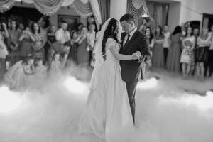 Der DJ legt los, das Brautpaar eröffnet die Tanzfläche
